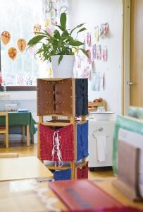 Pakilassa Montessori-välineet on aseteltu lasten korkeudelle.