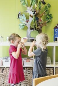 Sylvi Mantere ja Aino Ilvonen osaavat laittaa astiat oikeille paikoilleen. Pakilan Montessorileikkikoulun ruokasalissakin kaikelle on omat sijansa.