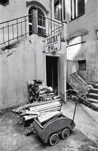 Klapit odottavat lämmittäjää yleisen saunan ovella Kristianinkadulla Helsingissä 1972. Kuva Eeva Rista, Helsingin kaupunginmuseo