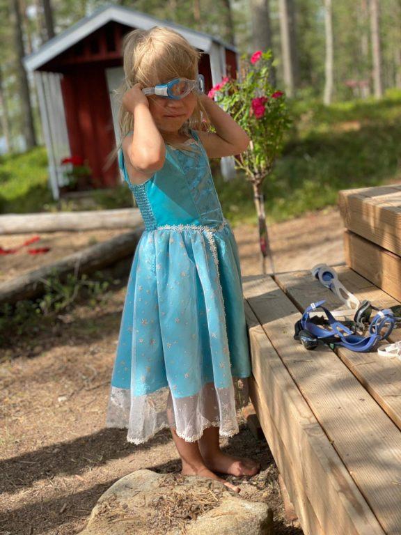 Prinsessamekko sopii kolmevuotiaalla joka paikkaan (Kuva Ilkka Ketola)