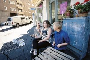 Sijaisperheessä kasvaneet Viivi Kannisto, Nina Nurminen ja, Vera Mielonen haluavat kannustaa myös muita pärjäämään.