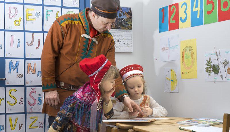 Saamenkielisessä kotieskarissa isän opissa
