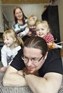 Airi Raition ja Teemu Lehtisen perheessä on kolme alle kouluikäistä. Äiti pitelee Matildaa, Teemun vieressä on Nella ja selässä keikkuu Peppi.