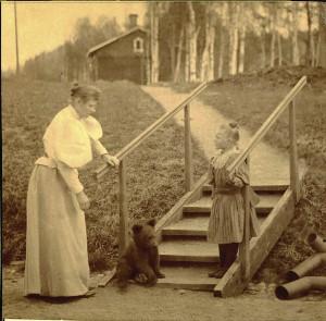 Therese-äiti, Alice ja Tusse-karhu Hiitolassa 1895. (Kuva Hilkka Vallisaaren kotialbumi)