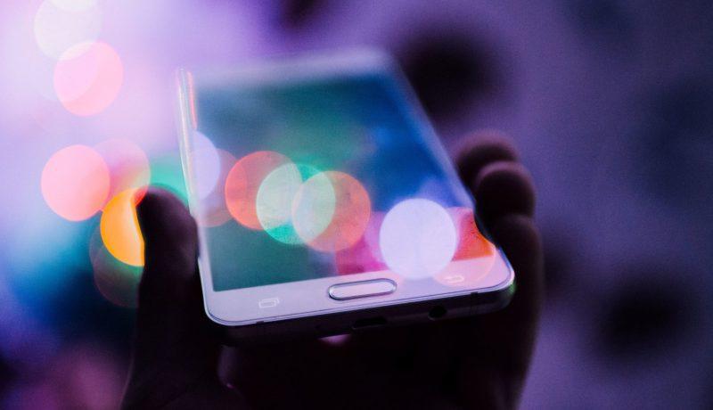 Älypuhelin varastaa huomion – ja taas äitejä syyllistetään
