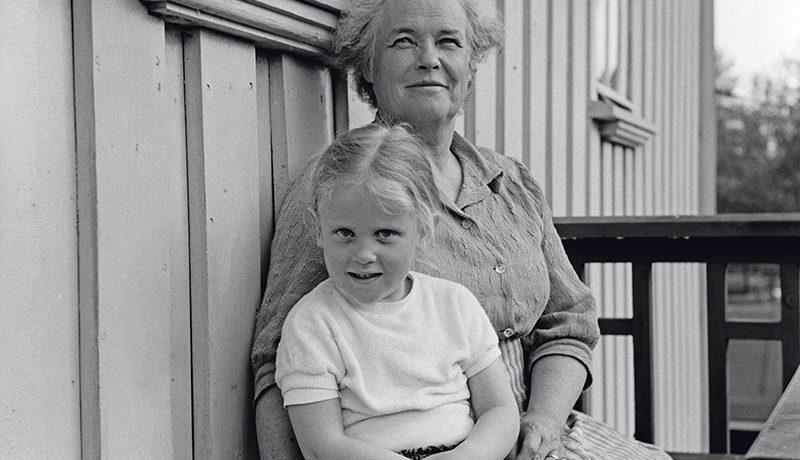 Ennen isoäidit turvasivat lapsenlasten eloonjäämistä, ja nykymummit vahvistavat lapsiperheen sosiaalista turvaverkkoa