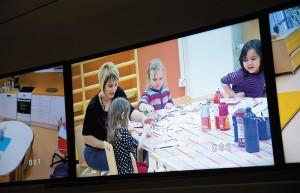 Aino, lastentarhanopettaja Auli Ikonen, Emma ja Dara eivät kiinnitä enää mitään huomiota siihen, että heitä kuvataan