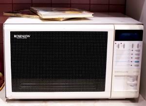 1980-luvulla keittiöaskareet helpottuivat uudella mikroaaltouunilla. (Kuva Hotelli- ja ravintolamuseo)