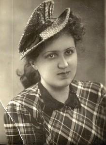 Polinan Galina-mummo kuoli pommituksissa samoin kuin isoisä Anatoli Žerebtsov, joka oli arvostettu toimittaja ja elokuvien tekijä.