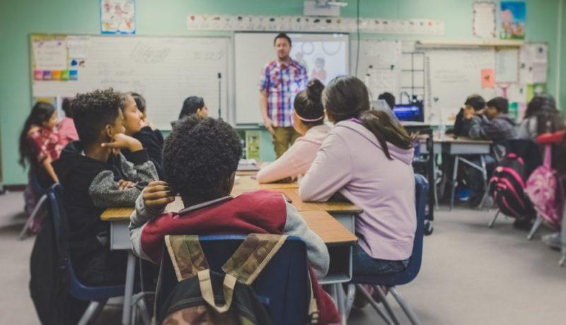 Melu hukuttaa opettajan äänen luokkahuoneessa