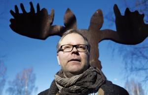 Petri Kaverma kuvattiin Pasuunapuistossa Helsingin Kannelmäessä Silta-teoksensa (2007) äärellä. Osana teoksen ideaa on katsojien etsiytyminen teosten äärelle ruohikkoon tallattuja polkuja pitkin.