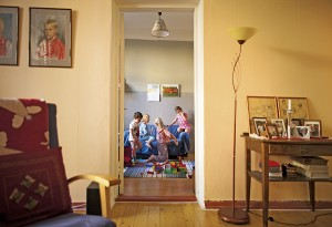 Ruuan jälkeen lepäillään ja leikitään. Pienemmät lapset menevät päiväunille, vanhemmat rauhoittuvat hetken kirjan ääressä ja jatkavat sitten keskenjääneitä leikkejään.