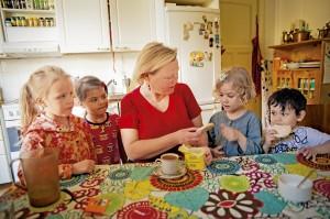Ruoka maistuu pitkän ulkoilun päätteeksi. Raisku varmistaa, että kaikki sujuu ongelmitta, ja nauttii lounaan vasta lasten syötyä. Pöydän äärellä Hertta (vas.), Linnea, Meri ja Leo.
