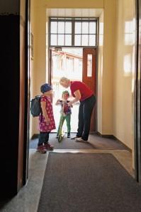 """""""Joka aamu kun lapset tulevat hoitoon, ilahdun heidät nähdessäni. Lasten pitää tuntea, että heitä rakastetaan. Sen pitää välittyä myös lapsen perheenjäsenille."""" Ovensuussa Linnea ja Leo."""