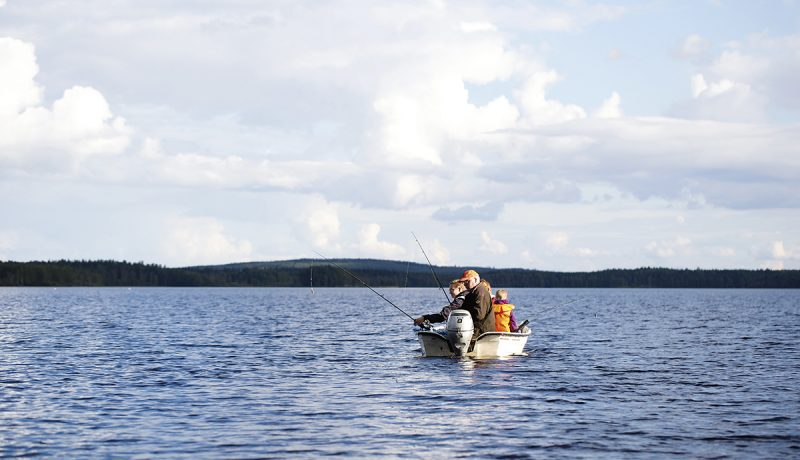 Uistelua samassa veneessä