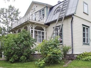 Syreenit kukkivat Villa Rulluddin pihamaalla. Kuva Espoon kaupunginmuseo / Heikki Kunttu